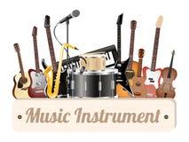 Tablero de madera del instrumento de música con el micrófono y el headpho eléctricos del teclado del saxofón del ukelele del viol Foto de archivo libre de regalías