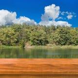 Tablero de madera en árboles y fondo de los ríos Foto de archivo