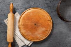 Tablero de madera en blanco redondo con el rodillo, servilleta del paño, tamiz Imagen de archivo libre de regalías