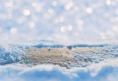 Tablero de madera en nieve Imagenes de archivo