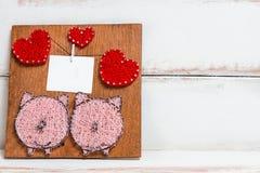 Tablero de madera hecho a mano con la imagen de corazones y de cerdos Lugar para el texto imagen de archivo libre de regalías