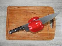 Tablero de madera para cortar las comidas en la tabla en la cocina fotografía de archivo libre de regalías