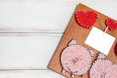 Tablero de madera para la enhorabuena a los días de fiesta bajo la forma de cuadrado y corazones en él hay también sitio para la  imágenes de archivo libres de regalías