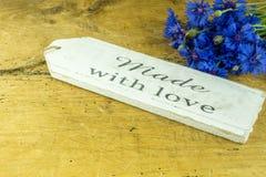 Tablero de madera rústico con acianos Foto de archivo libre de regalías