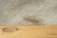 Tablero de madera vacío delante de fondo concreto Fotos de archivo libres de regalías