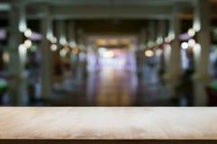 Tablero de madera vacío en fondo borroso excesivo del extracto del montaje foto de archivo libre de regalías