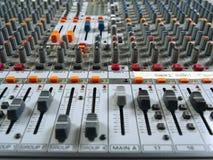 Tablero de mezcla del estudio de grabación que muestra los atenuadores imagen de archivo libre de regalías