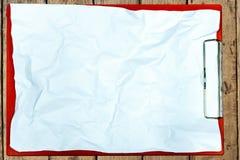 Tablero de papel en la tabla de madera Imagen de archivo