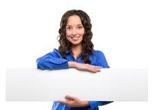 Tablero de publicidad blanco sonriente del control de la mujer de negocios Tarjeta blanca fotografía de archivo libre de regalías