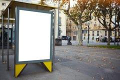 Tablero de publicidad electrónico en blanco con la pantalla vacía del espacio de la copia para su mensaje de texto o contenido pr Imagen de archivo libre de regalías