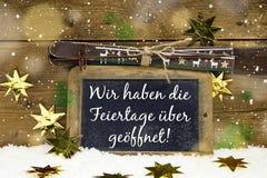 Tablero de publicidad para el turismo del invierno: Tenemos abierto en la Navidad Imagenes de archivo