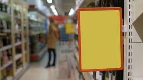 Tablero de publicidad vacío en el supermercado almacen de metraje de vídeo