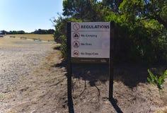 Tablero de regla del parque: el ningún acampar, ningunos fuegos, ningunos perros/gatos imágenes de archivo libres de regalías