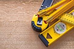 Tablero de roble de madera con los objetos amarillos de Fotografía de archivo