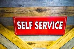 tablero de servicio rojo del uno mismo en la plataforma de madera foto de archivo libre de regalías
