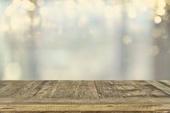 tablero de tabla vacío y fondo defocused de las luces del bokeh exhibición del producto y concepto de la comida campestre foto de archivo libre de regalías
