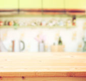 Tablero de tabla vacío y fondo retro defocused de la cocina
