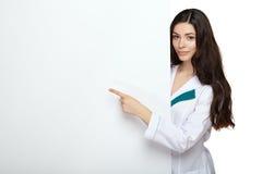 Tablero de tarjeta en blanco del control de la sonrisa de la mujer del médico Imágenes de archivo libres de regalías
