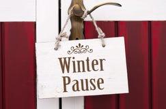 Tablero de tarjeta de madera con el winterpause imágenes de archivo libres de regalías