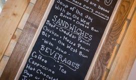 Tablero de tiza con un menú de la comida y de las bebidas Fotografía de archivo libre de regalías