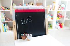 Tablero de tiza de la escuela del año 2016 en sala de clase Foto de archivo libre de regalías