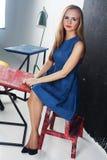 Tablero de tiza lindo joven del escritorio de la sala de clase del profesor estudiante de la muchacha, entrenamiento, MBA, cursos Imagenes de archivo