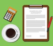 Tablero del acuerdo del accionista con la taza del documento de café y de calculadora Fotografía de archivo libre de regalías