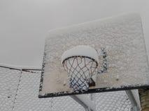 Tablero del baloncesto con nieve en pueblo del tikot fotografía de archivo libre de regalías