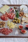 Tablero del Charcuterie con queso Foto de archivo libre de regalías