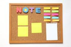Tablero del corcho con la nota de papel Foto de archivo libre de regalías