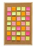 Tablero del corcho de la oficina con las notas de post-it amarillas Imagen de archivo libre de regalías