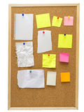 Tablero del corcho de la oficina con las notas de post-it amarillas Fotografía de archivo libre de regalías