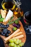 Tablero del estilo de los Tapas con queso, las aceitunas y el vino Foto de archivo libre de regalías