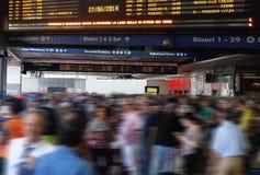 Tablero del horario de la gente de la estación de tren de la hora punta Foto de archivo libre de regalías