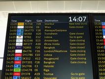 Tablero del horario de vuelo, vuelos del aeropuerto Imagenes de archivo