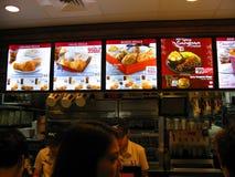 Tablero del menú de KFC en un restaurante de KFC en una alameda de compras interior imagenes de archivo