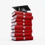 Tablero del mortero en la pila de libro del graduado del rojo aislado en el ingenio blanco Imágenes de archivo libres de regalías