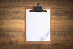 Tablero del papel en blanco en la tabla de madera Imagen de archivo