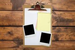 Tablero del papel en blanco en la tabla de madera Fotos de archivo libres de regalías