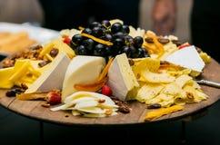 Tablero del queso con fresco y frutos secos fotos de archivo libres de regalías