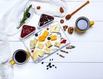 Tablero del queso con la frambuesa y la mermelada de fresa Fotografía de archivo