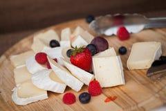 tablero del queso de la comida fría Imagenes de archivo