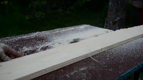 Tablero del sawing del trabajador de sierra circular almacen de video