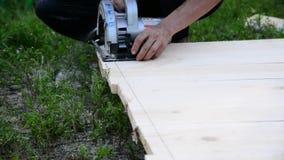 Tablero del sawing del trabajador de sierra circular metrajes
