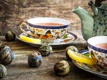 Tablero del té verde del té negro de la tetera viejo Foto de archivo