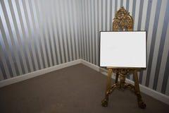 Tablero en blanco de la muestra en el caballete Imagen de archivo