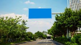Tablero en blanco de la señal de tráfico de la ciudad Foto de archivo