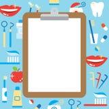 Tablero en blanco y productos personales del cuidado dental Imagenes de archivo