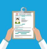 Tablero en mano de los doctores análisis del informe médico libre illustration
