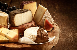 Tablero gastrónomo del queso en la tabla de madera rústica Fotos de archivo libres de regalías